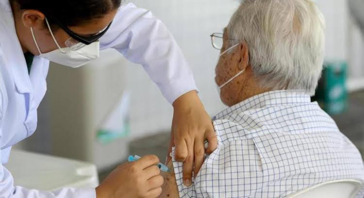 Os idosos precisam tomar a terceira dose da vacina?